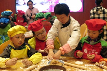 体验饮食文化 小学生学做面点