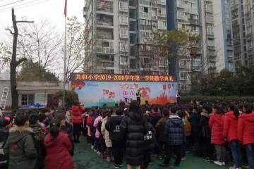 交巡警深化辖区校园展开寒假交通安全宣扬